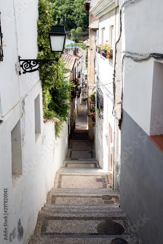 Fototapeten Schmale Gasse Narrow Alley in Albaicin District in Granada, Spain