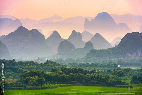 Fotografía  Guilin, China karst mountain landscape.