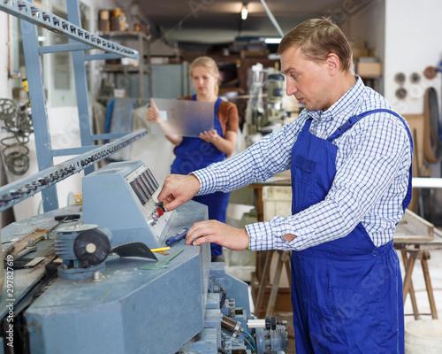 Montage in der Fensternische Akt Craftsman working on glass beveling machine