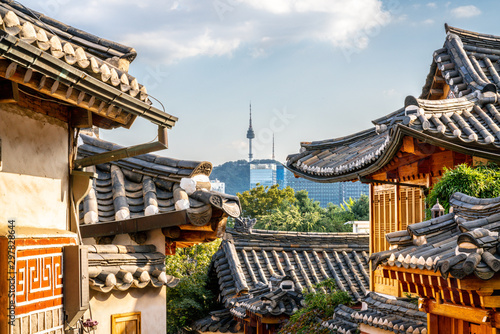 Fotografía Bukchon Hanok village in Seoul with view on traditional houses roofs and tower i