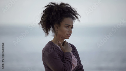 Photo Biracial girl with muddy face looking sad, homeless teenager feeling lonely