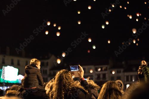 Lâchers de lanternes de nuit en ville à Bayonne Pays basque Fototapet