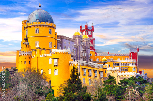 Foto  Castle from fairy tale - beautiful Pena Palace in Sintra, Portugal
