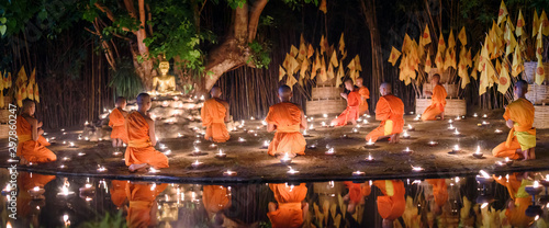 Fotografía  CHIANG MAI, THAILAND - May 18:  Visakha Puja Day Thai monks sitting meditate with many candle at Phan Tao temple  on May 18, 2019 in Chiang Mai, Thailand