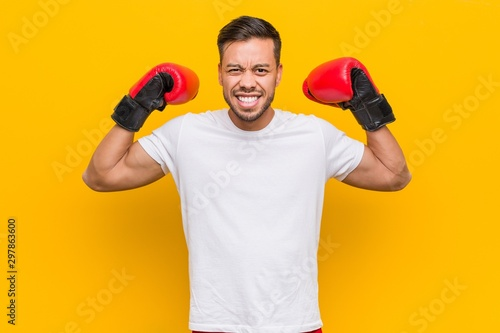 Canvastavla  Young south-asian boxer man wearing red gloves.