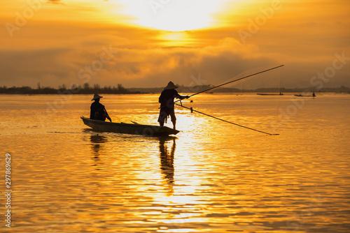 Poster Peche Asian fishermen set sail for fishing on the Mekong River.