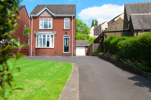 Fotografía Typical English single family house built of red bricks, with a large driveway