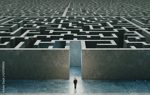 Photo Businessman standing in front of the entrance to the maze