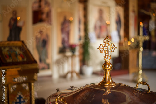 Tela gold Church cross on a blurred background of icons