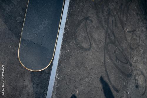 Cuadros en Lienzo  Top view of skateboard in concrete skatepark on warm day