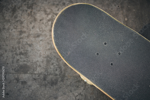Fotografía Top view of skateboard in concrete skatepark on warm day