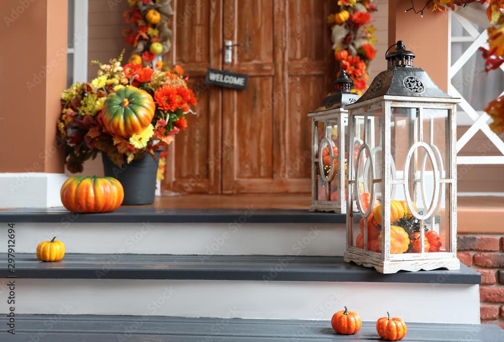 Fotografía  Lanterns near house entrance decorated for traditional autumn holidays