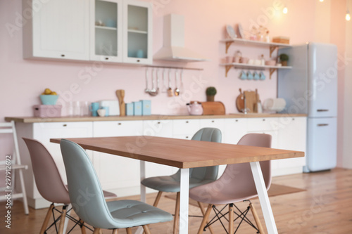 Fotomural Stylish kitchen interior with dining table and chairs