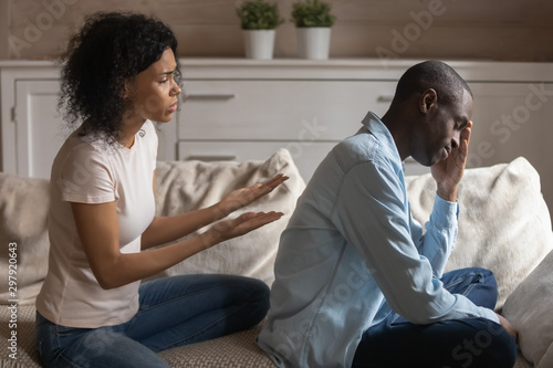 Photo Stressed young african ethnicity woman apologizing to offended husband