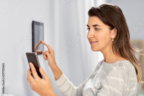 Foto  automation, internet of things and technology concept - woman using tablet pc co
