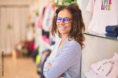 Fotografía  Middle age beautiful businesswoman wearing striped shirt and glasses smiling hap