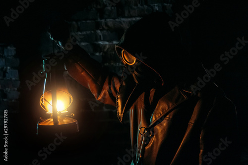 Terrible plague doctor with kerosene lamp Tablou Canvas