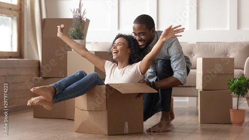 Obraz Happy black young couple have fun on moving day - fototapety do salonu