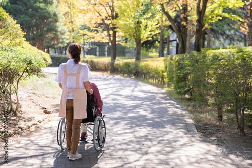 Obraz na plátně 介護士と高齢者