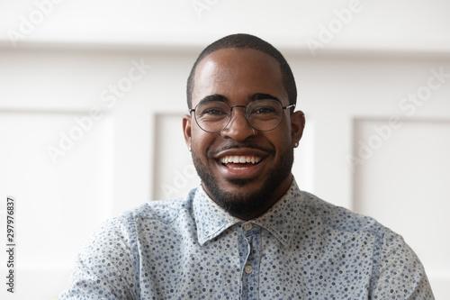 Fotomural  Portrait of smiling black man looking at camera