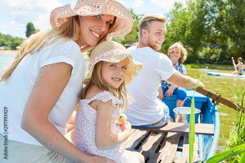 Familie mit zwei Kindern im Ruderboot Fototapete