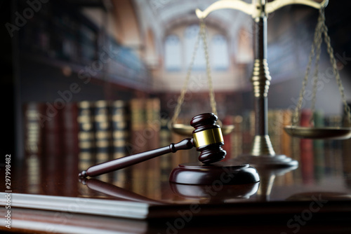 Poster de jardin Echelle de hauteur Law and justice theme. Gavel of the judge and the scale on court library background.