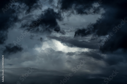 Photo Dramatic ominous stormy sky with dark thunderclouds