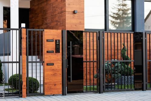 Carta da parati Modern house exterior with safety gate.