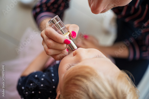 Cadres-photo bureau Manicure Mother putting lipstick on toddler daughter lips