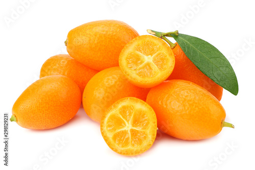 Fotomural  Cumquat or kumquat with slices and leaves isolated on white background
