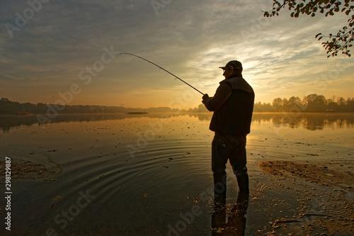 Valokuva fisherman silhouette during autumnal dawn