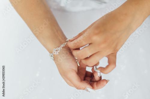 Fotografía  The bride straightens a beautiful bracelet on her hand