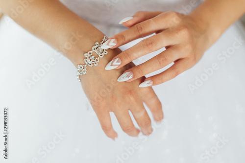 Pinturas sobre lienzo  The bride straightens a beautiful bracelet on her hand