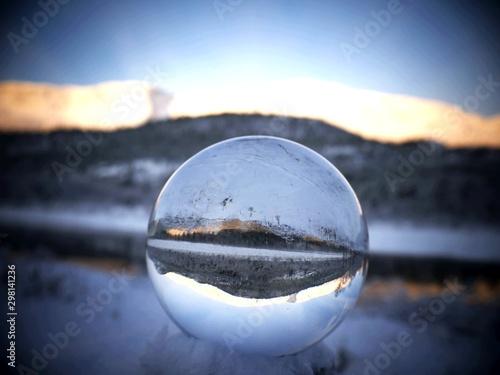 reflet enneigé dans balle de cristal Tablou Canvas