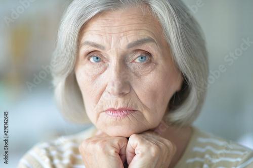 Pinturas sobre lienzo  Close up portrait of sad senior woman