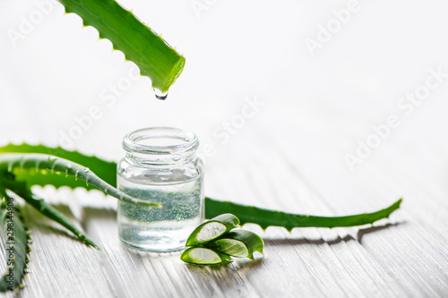 Canvastavla Fresh aloe vera leaves and glass jar of aloe vera juice on white background
