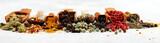 Przyprawy z pieprzem na stole. Żywność i składniki kuchni do gotowania na tle rustykalnym
