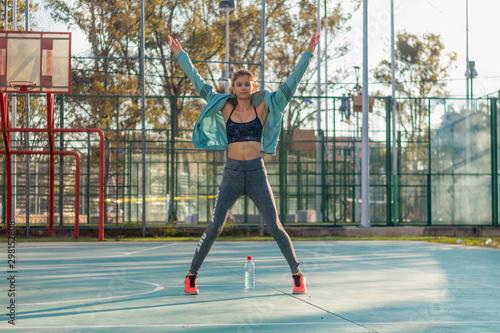 Retrato mujer joven en ropa deportiva fitness entrenamiento al aire libre Canvas Print