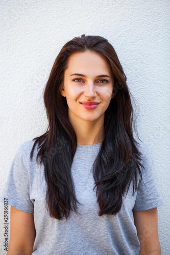 Happy brunette woman in gray t-shirt Tablou Canvas