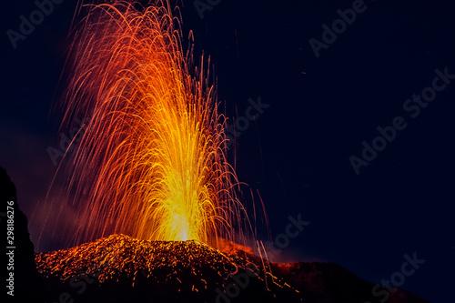 Obraz na plátně Eruption of the Stromboli volcano with lava streaming on the slopes