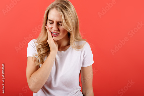 Fotografía  Young girl feeling pain, holding his cheek with one hand, suffering from bad too