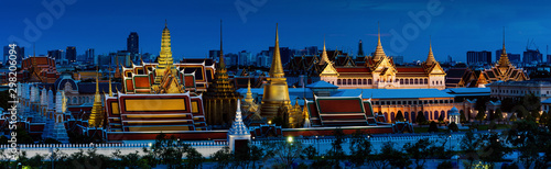 Papiers peints Bangkok Night time panorama view of grand palace and emerald buddha temple in Bangkok.