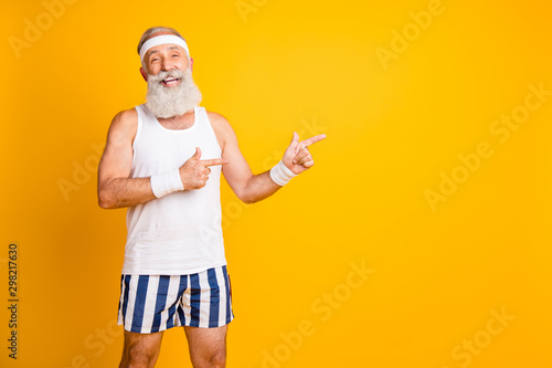 Fotografía  Photo of aged model white hair guy directing fingers empty space advising choose
