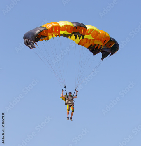 Carta da parati Skydiver under canopy of parachute in blue sky