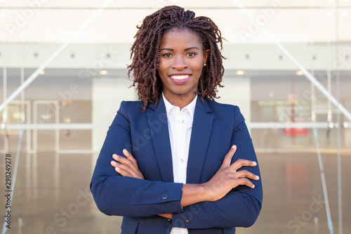 Photo  Happy successful business leader posing near outside