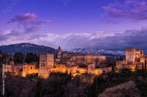 Vista exterior de la Alhambra al anochecer, Granada, Andalucía, España Wallpaper Mural