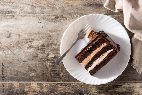 Fotografia Chocolate cake slice on wooden table. Top view.Copy space