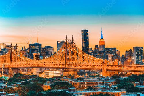Marron chocolat Queensboro Bridge across the East River between the Upper East Side Manhattan and Queens district in New York.