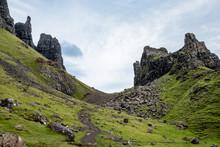 Wandern Zwischen Imposanten Felsformationen Auf Der Isle Of Skye