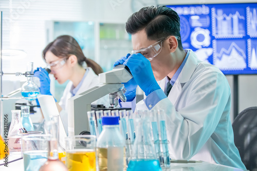 Carta da parati  Asian scientist use microscope